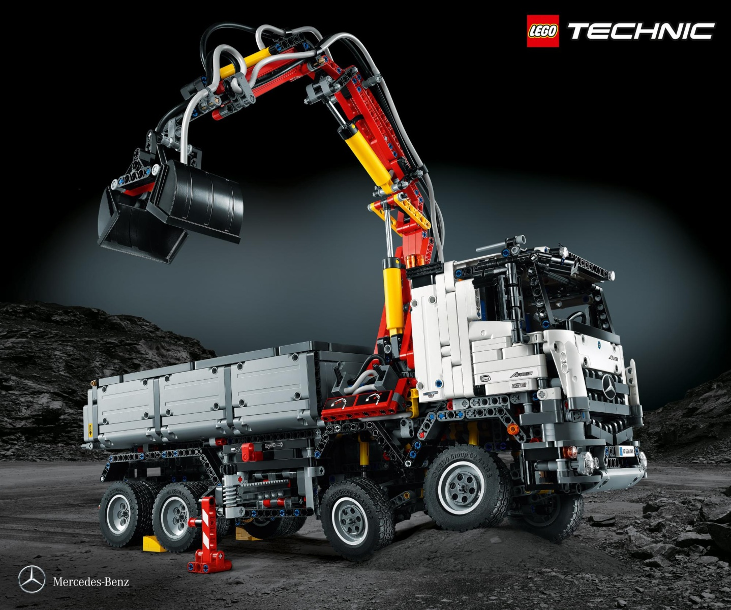 mercedes-benz-arocs-3245-launched-it-s-a-lego-technic-truck-made-of-almost-3000-pieces_1