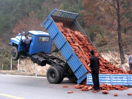 Camionul si caramizile imprastiate pe sosea